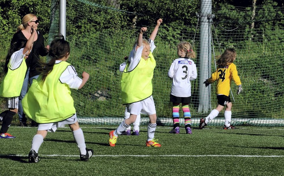 Aktivitetsturnering på Eik. Runar-juble over scoring mot Eik.