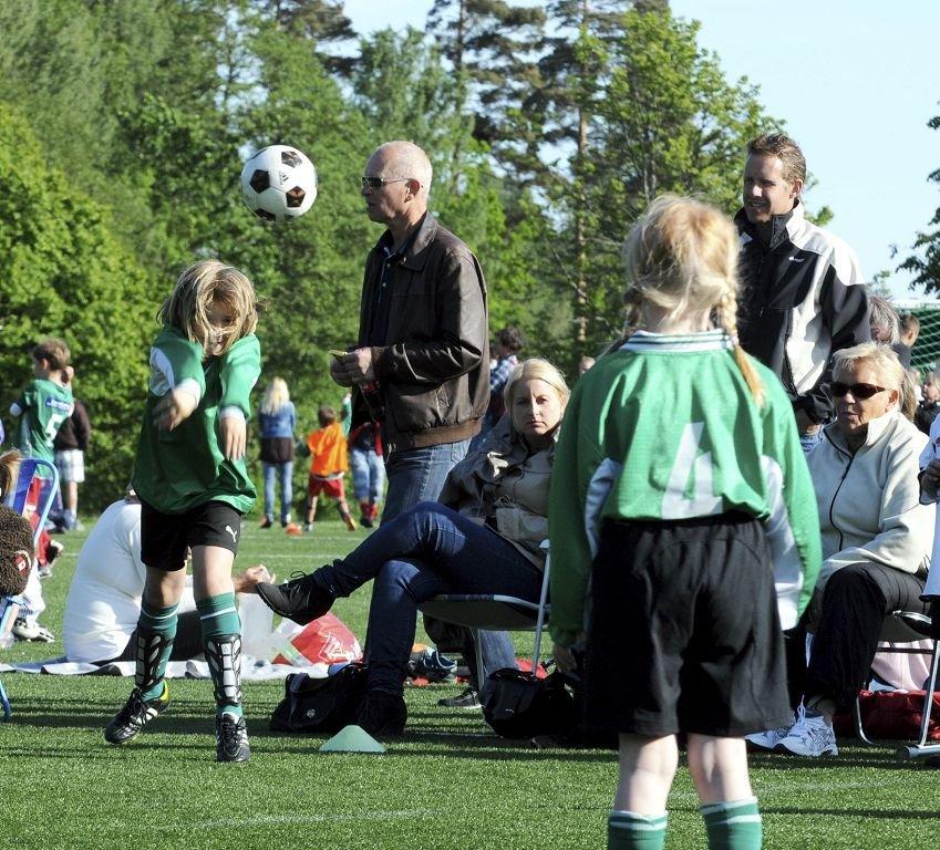 Aktivitetsturnering på Eik. Når den fram, tro? Flott innkast av Stokke-jentene.