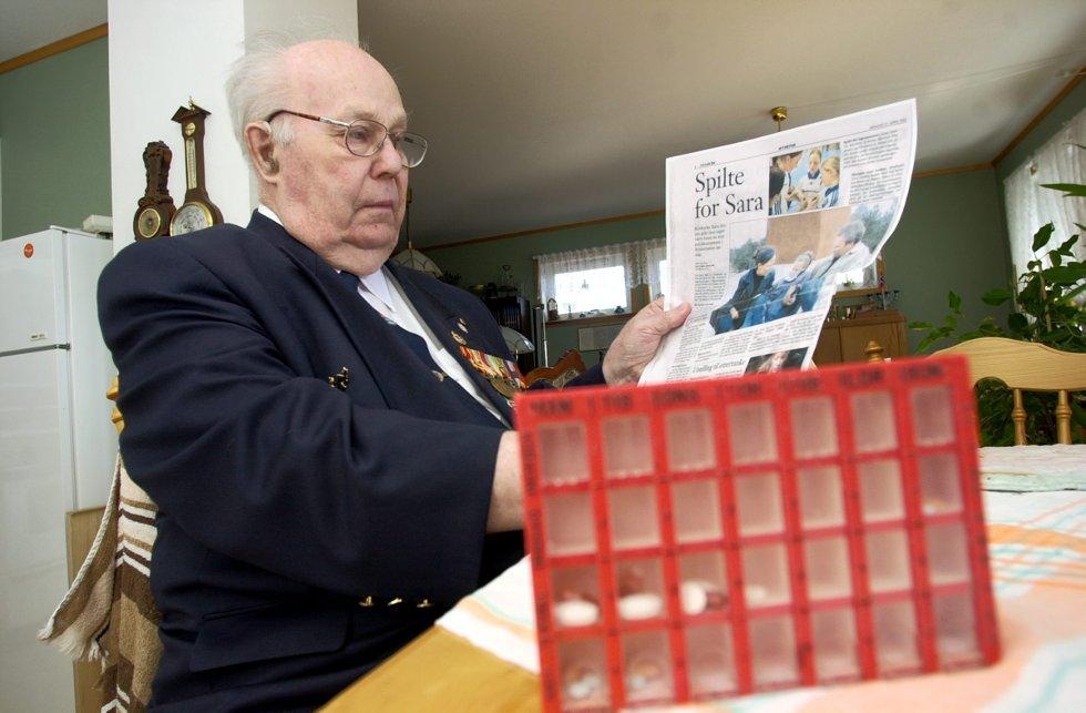 Krigsveteran Anders Petterøe (81) har skrevet brev til12 år gamle kreftsyke Sara Jensen og tilbydt seg å være benmargsdonor etter å ha lest om henne i Fredriksstad Blad. Foto: Geir A. Carlsson, 26.05.2002