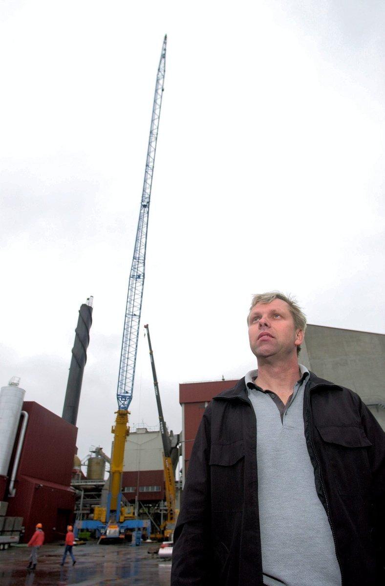 Kjempekran fra Kynningsrud skifter et 50 meter langt rør i pipa på Frevar: Erik Johannessen foran den store kranen som kom fra Sverige. Foto: Erik Hagen, 28.05.2002