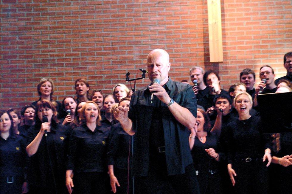Konsert med Fredrikstad Gospel Company i Frikirken: Gjestevokalist Jan Groth synger med koret. Foto: Bjørn B. Olsen, 26.05.2002