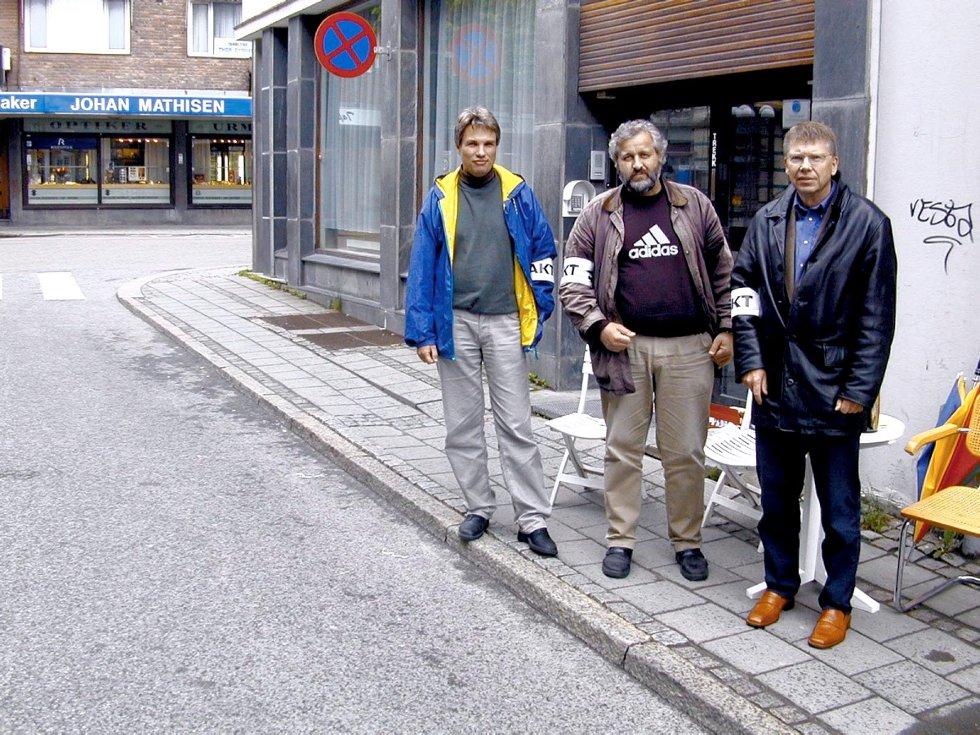 Medlemmer organisert i Norsk Journalistlag (NJ) er i streik: Tore Tindlund (f.v), Egil Sankey Hansen og Viggo Nilsen står streikevakt utenfor Fredriksstad Blad. Foto: Hans-Petter Kjøge, 29.05.2002