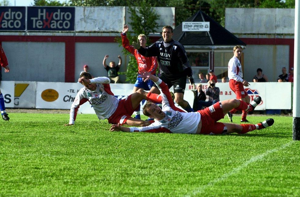 Fotball, 2. divisjon menn: FFK - Sprint/Jeløy 7-3 på Fredrikstad stadion: FFKs Markus Ringberg (t.v) og Lars Petter Hansen  jubler for scoring. Foto: Geir A. Carlsson, 26.05.2002