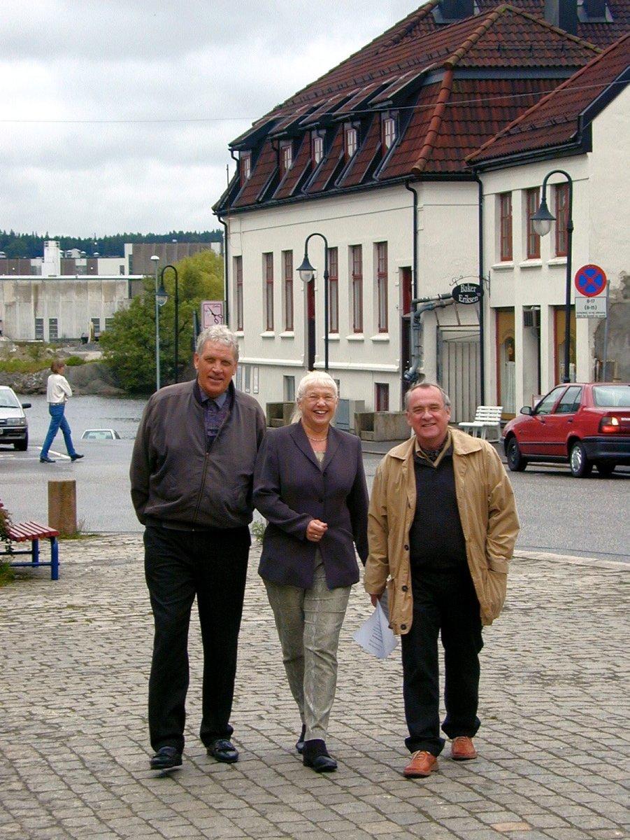 Sigurd Vik (t.v), Torun Vallestrand og Lars H. Gunset ønsker velkommen til Borge-dagene på Selbak. Foto: Tore Tindlund, 27.05.2002