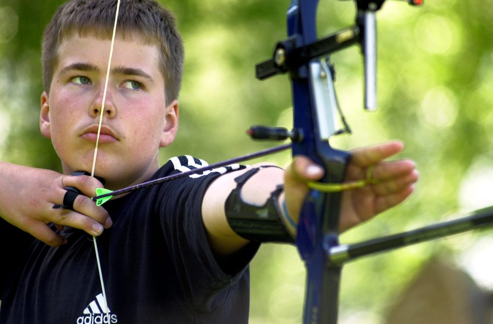 Bjørnestevne i bueskyting på Veumbanen: Magnus André Klipper i Fredrikstad Bueskyttere. Foto: Lasse Eriksson, 26.05.2002