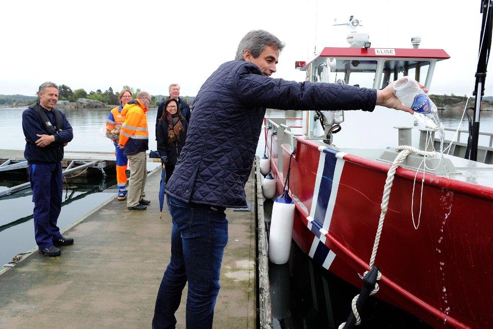 """Ordfører Bjørn Ole Gleditsch døper den nye skjærgårdsbåten """"Elise"""" til Sandefjord og Larvik kommune."""