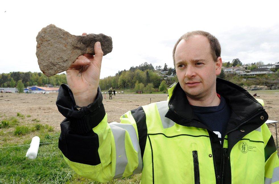 En horde av metallsøkerentusiaster samlet seg på et jorde i Sandefjord. De jaktet på gjenstander med historisk sus. Og for en fangst det ble! Christian Rødsrud med en øks som ble funnet på Heimdalhordet. Øksen skal tidfestes nærmere, men arkeologene antar at det er fra vikingtid.