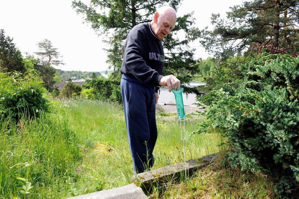 Leif Helland (79) har en egen vannmåler i hagen. – Jeg sjekker vannstanden hver dag klokken 15.00, sier 79-åringen, som for øvrig målte at det var 18 millimeter 1. juni. FOTO: KURT ANDRÉ HØYESSEN