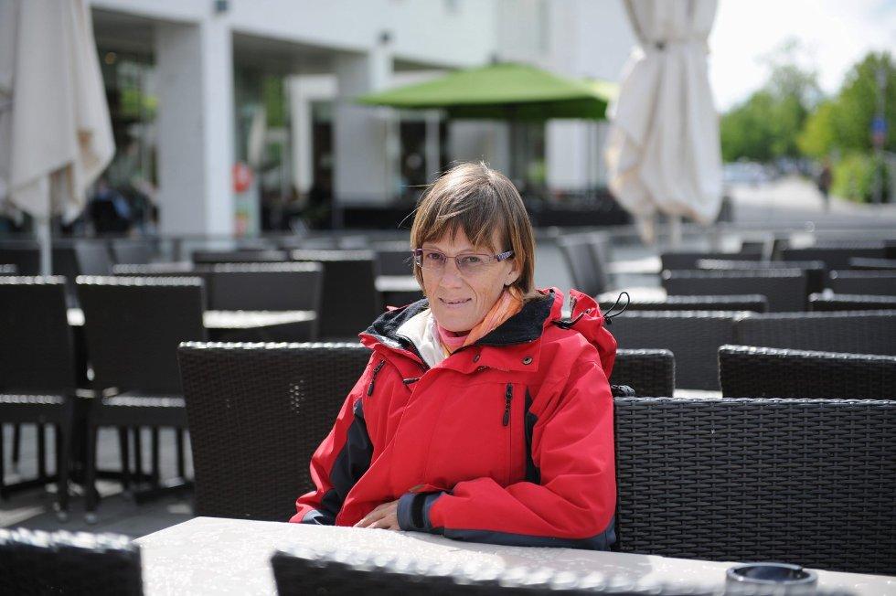 Marit Holsen synes det er vondt å gå alene på kafé eller liknende – hun ønsker seg noen å dele opplevelser med. Nå kopierer hun suksessen fra andre byer og starter venneklubb i Sandefjord. Målet er voksne i alle aldre som vil ut av ensomhet og isolasjon. FOTO: PER LANGEVEI