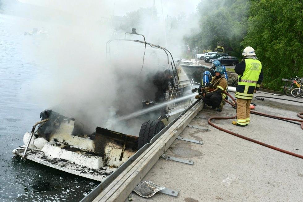 En 31-fots båt ble fredag kveld totalskadet i en brann i Melsomvik.