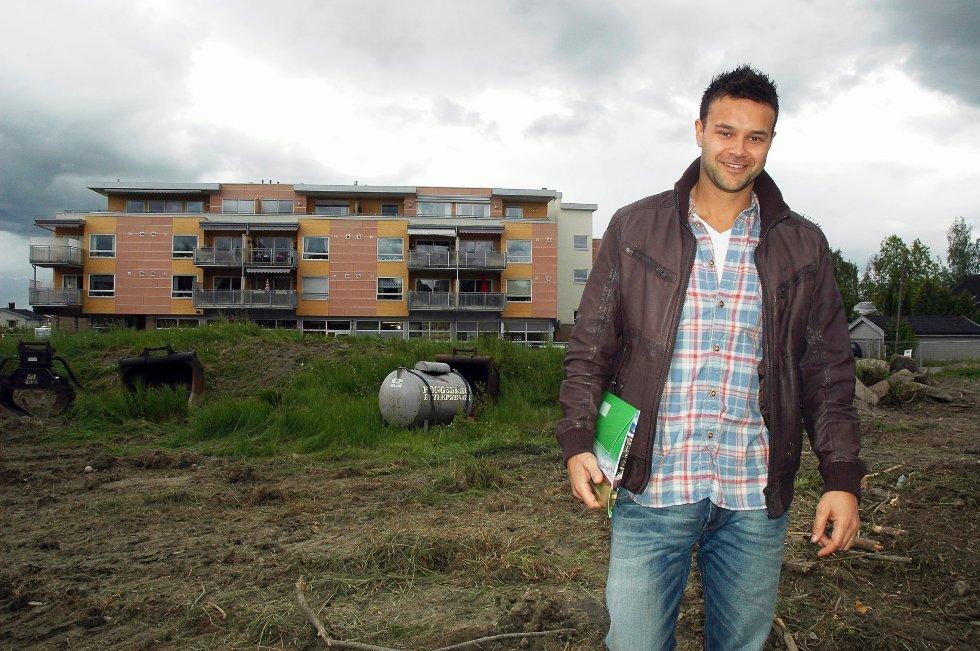 Sven Inge Flatebø i Garanti eiendomsmegling selger leilighetene som hadde byggestart i starten av mai. De 29 leilighetene koster mellom to og fem millioner kroner. Flatebø mener det ikke ville vært mulig å selge leiligheter for den prisen i Røyken for få år siden.