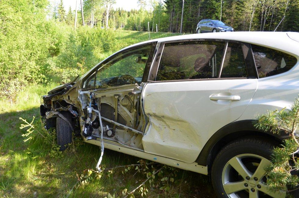 – SOVNET BAK RATTET:Sjåføren av denne bilen har forklart til politiet å ha sovnet bak rattet like før utforkjøringen skjedde. Ingen av de to personene som satt i bilen kom ifølge politiet alvorlig til skade.