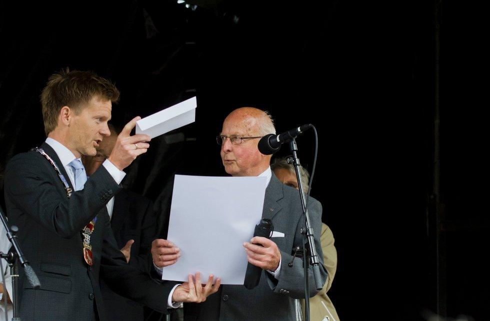 Mossianaprisen 2012 overrekkes Ivar Ernø av ordfører Tage Pettersen under prisutdelingen ved Moss Hotell lørdag.