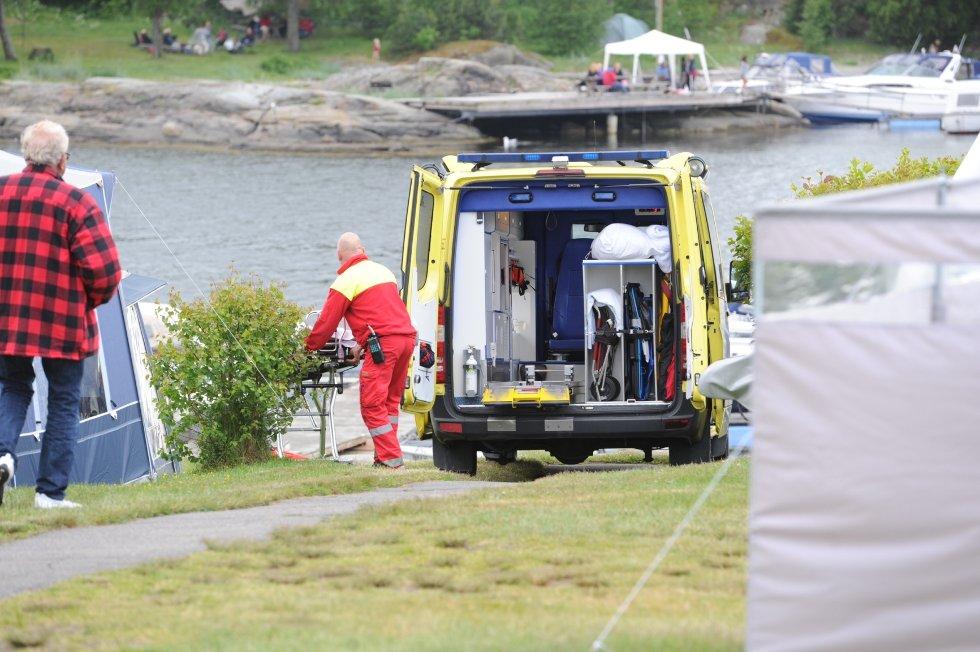 Jenta ble fraktet med båt inn til Sjøbakken camping..