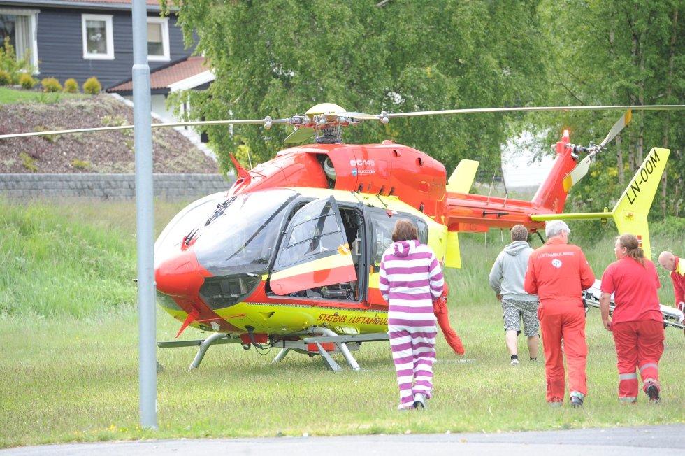 Jenta ble lagt om bord i helikopteret på sletta ved Vesterøya skole i mangel av gode landingsplasser ved campingplassen.