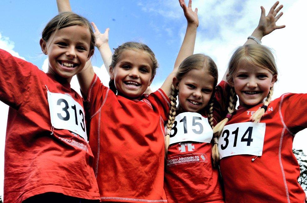 F.v.: Eline Byre, Ingrid Aabrekk, Tuva K. Larsen og Oda H. Bergum er friidrettsvenninner fra STIF og koste seg under Kristinalekene 2012.