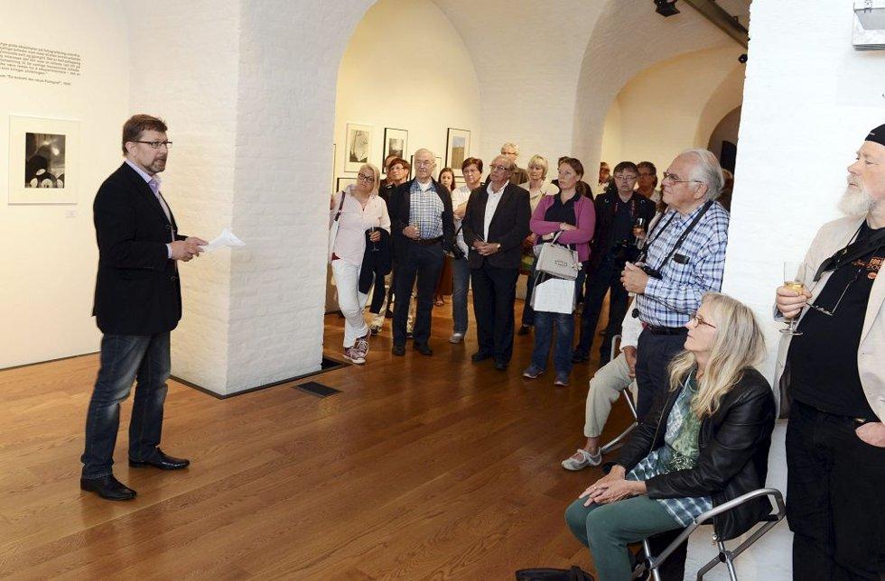 FULLT HUS: Det klikket i mangt et kamera da utstillingen ble åpnet av blant andre Roald Synnevåg (til venstre) fra Norsk Selskap for Fotografi.Foto: Per Gilding