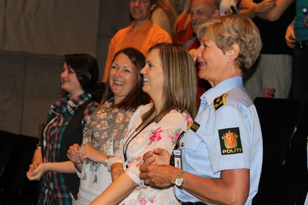 FORNØYDE: Oppdragsgiverne fra politiet var kjempe fornøyde med resultatet. F.v: Ida S. Wennevik, Cecilie Kjos og Gro Smedsrud.