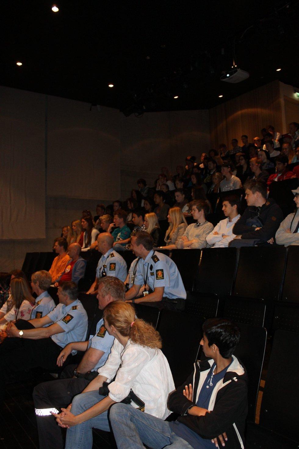 PUBLIKUM: Nærmere 70 elever møtte opp for å se premieren.