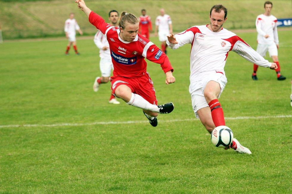 KRONPRINS UTEN KRONE: Mathias Berge hadde ballen mye og var nesten over alt i lørdagens kamp mot Trosvik. Her prøver han seg på et skuddforsøk, som imidlertid ikke ga uttelling.  ALLE FOTO: HENRIK AASBØ