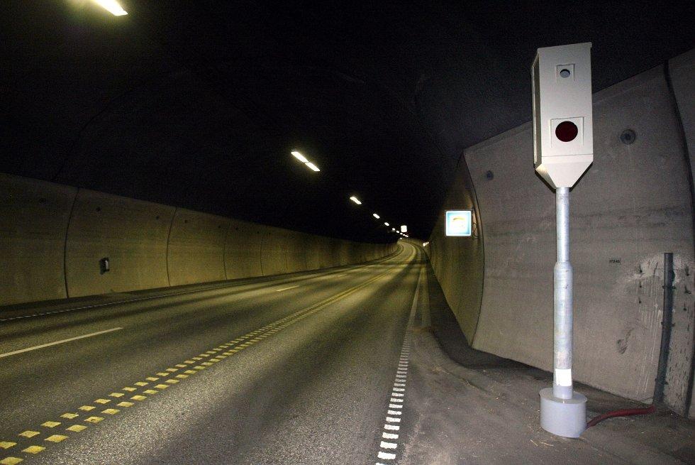 Fotoboksene som måler gjennomsnittsfarten i Oslofjordtunnelen er i drift. Statens vegvesen ønsker med dette å redusere antall ulykker i tunnelen.