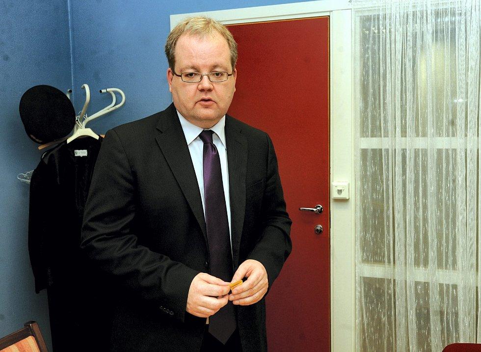 Politiadvokat Henning Klauseie sier at tiltalen mot den voldtektssiktede 37-åringen fra Elverum vil være klar i slutten av august.