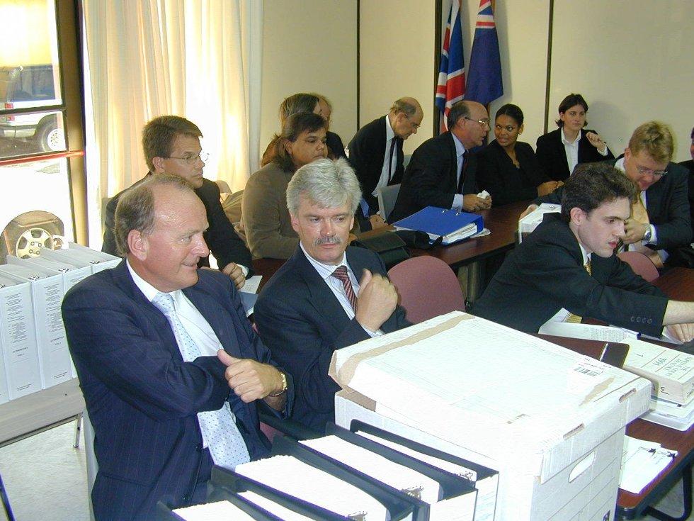Sporene etter Anders Jahres utenlandsformue endte opp på Cayman Islands. Under en rettssak i 2003 inngikk advokat og bobestyrer Karstein Espelid (til venstre) det første av to forlik med Erik Monsen (nummer to bak fra høyre), som hadde arvet farens kontroll over formuen.