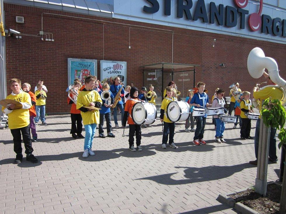 I AKSJON: Korpsene i aksjon utenfor Strandtorget kjøpesenter.