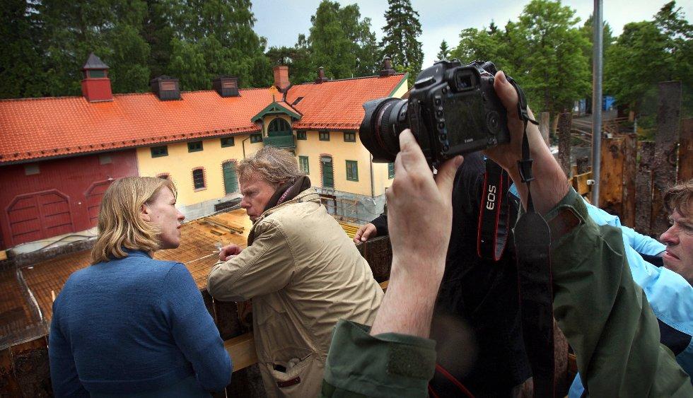 Kulturminister Anniken Huitfeldt (Ap) fikk omvisning på Ramme gaard og Nedre Ramme i forbindelse med utbyggingen til Munch-jubileet. Her sammen med Petter Olsen.