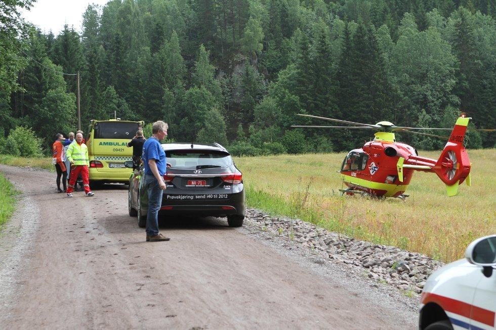 Syklisten, som ble hentet av et ambulansehelikopter, døde av skadene han pådro seg i fallet. Foto: Geir Eriksen