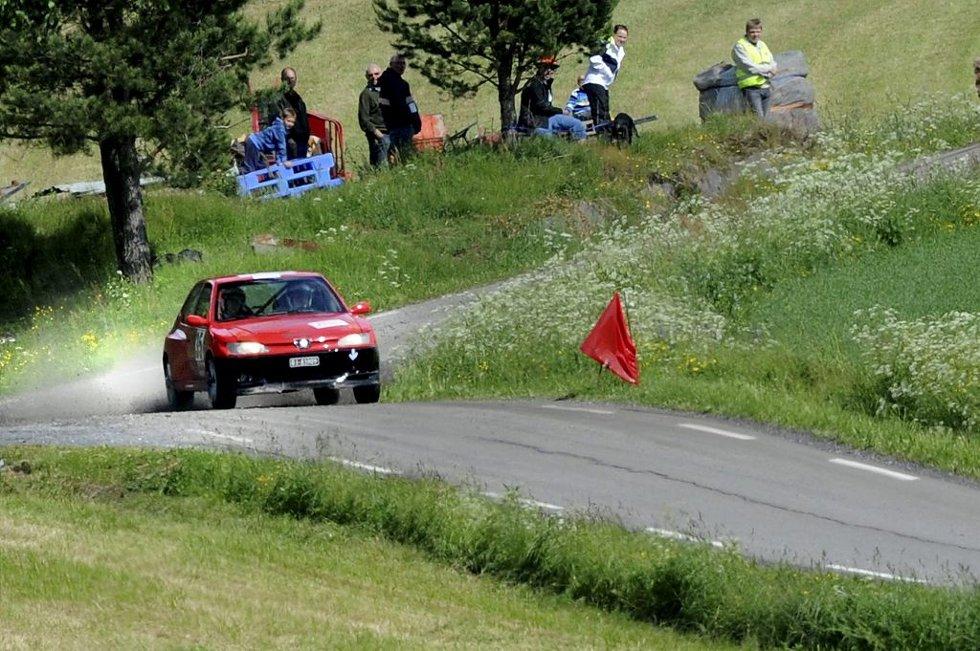 TOM I SVINGEN: Tom Heitmann ga gass under siste fartsprøve av lørdagens Vestfoldsprint i rally. I sin rimelige Peugeot 306 kitcar suste han inn til en respektabel plassering blant de 50 startende.Foto: Kirvil Håberg Allum