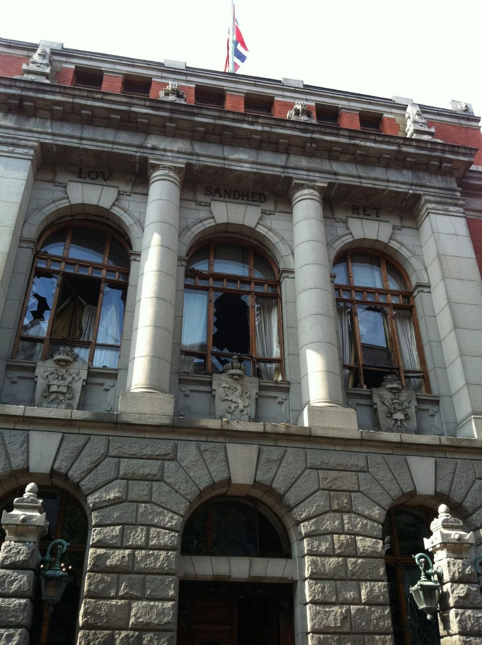 ØDELEGGELSER: Høyesteretts Hus ble påført store skader av bombeeksplosjonen den 22. juli. Bildet er tatt av direktør Gunnar Bergby i Høyesterett, under en befaring den 23. juli i fjor. FOTO: GUNNAR BERGBY (Foto: )