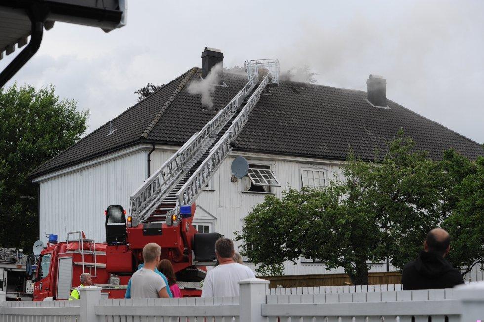 Brannen har rammet takkonstruksjonen og loftet. Rett før klokka 2130 meldte brannvesenet at det stort sett har kontroll.