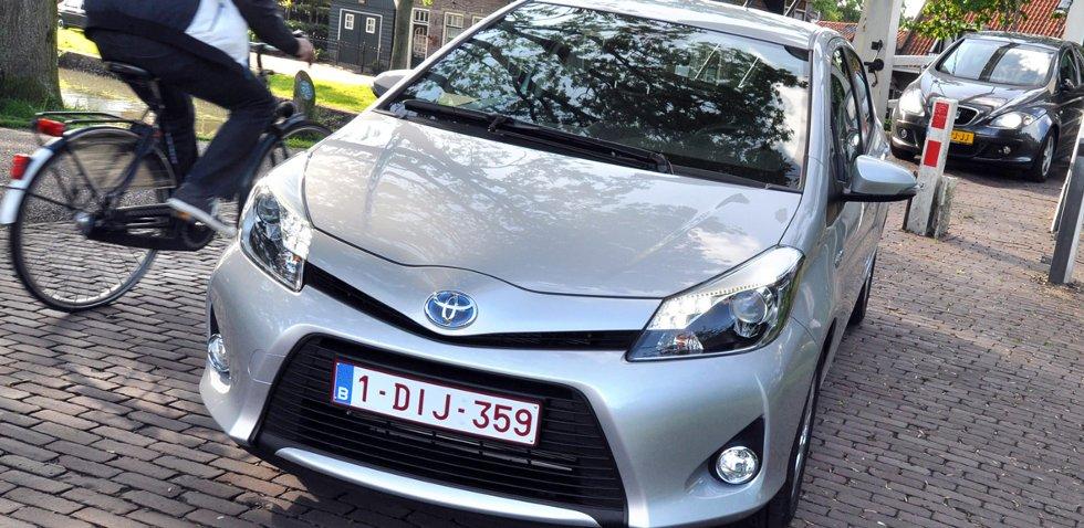 Første fullhybrid småbil er lun og stille å kjøre.