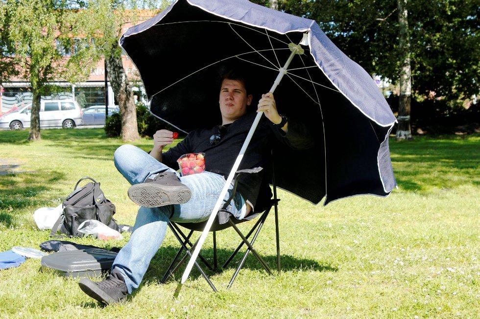Dette kan bli jobben til Jonas Leirfall Holt (23). Husqvarna tilbyr det som antakeligvis er Norges slappeste sommerjobb, nemlig å overvåke en robot som skal klippe gresset i Badeparken i sommer. Foto: Ida Marie Abrahamsen