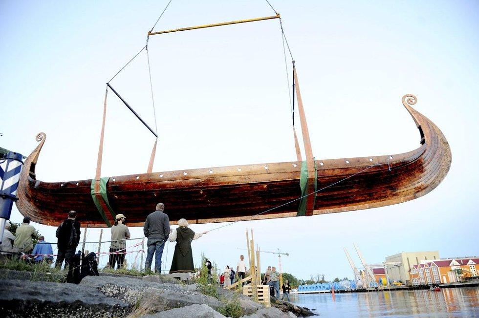 Osebergskipet holdt formen da det ble løftet tirsdag kveld. Prosjektleder i Stiftelsen Nytt Osebergskip, Geir Røvik, var ikke overrasket hvor stivt skipet var da det hang i stroppene - tvert i mot.