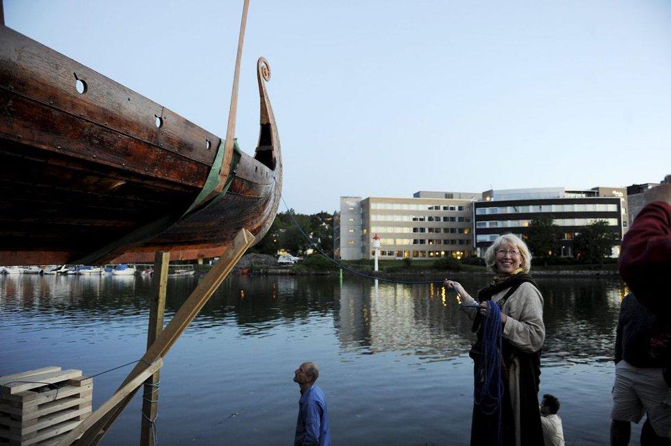 Båten er på vei ned i den skråstilte slippen. Onsdag i 1600-tiden skal den sjøsettes.