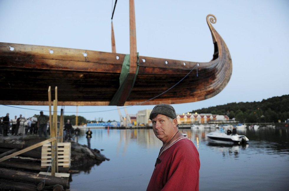 Eivind Luthen er en av de sentrale personene i Stiftelsen Nytt Osebergskip. Tirsdag kveld var han på plass på Lindahlplan og hjalp til med snuoperasjonen.