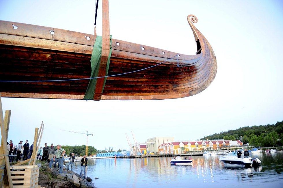 I kveld ble det nye Osebergskipet snudd før sjøsetting. Geir Røvik. Foto: Anne Charlotte Schjøll          Osebergkopien
