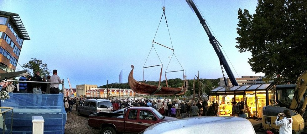 SPEKTAKULÆRT: Skipet beveget seg sakte, sakte over folkemassene som holdt pusten på Lindahplan. Foto: Hans Christian Moen
