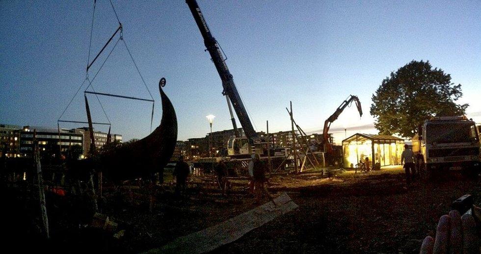 JOBBEN GJORT: 00.15 er jobben gjort og Osebergskipet hviler i krybben mot sjøen. Foto: Hans Christian Moen