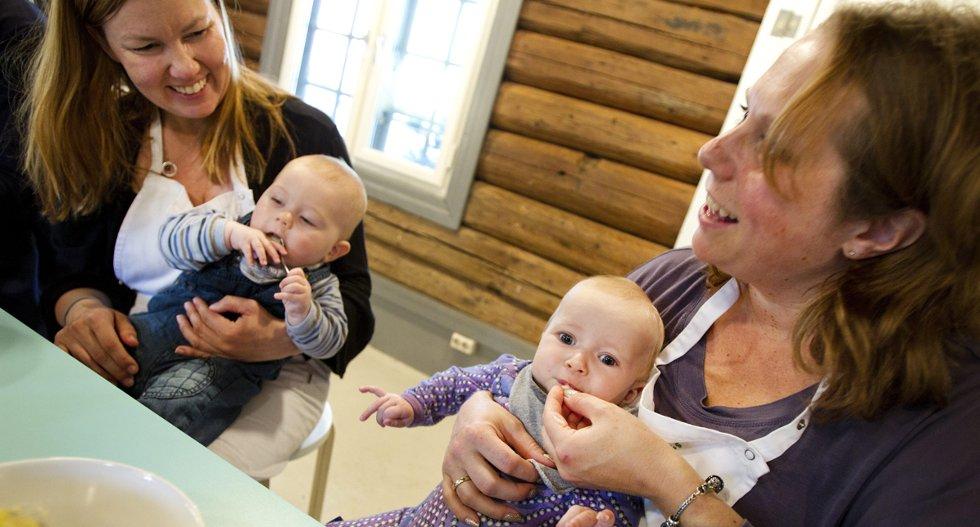 Smak av fisk dampet i bakepapir skaper ulike uttrykk hos Mona Henriksens sønn Edvard og Idunn Vinjes datter Sofia.