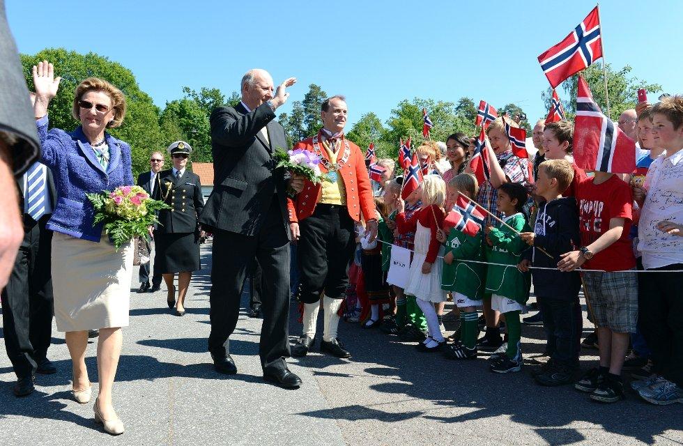 Dronningen, kongen og Andebus ordfører Bjarne Sommerstad møtte stor jubel i sentrum.