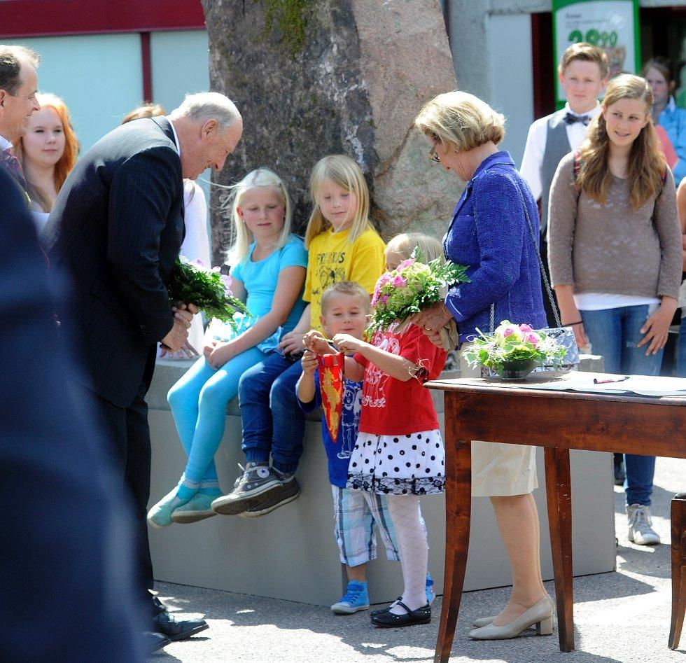 To små barn fikk hilse på kongen i Andebu.