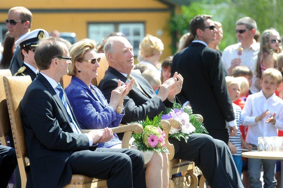 Andebus ordfører, Bjarne Sommerstad, dronningen og kongen på besøk i Andebu.