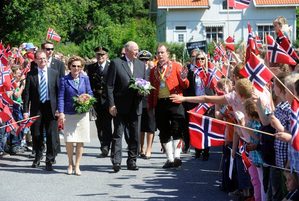 Fylkesmann Erling Lae, kongen, dronningen og Andebus ordfører Bjarne Sommerstad ble møtt av stor folkejubel i Andebu.