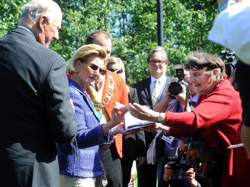 Gerd Alme møter kongen og dronningen ved Signo i Andebu.