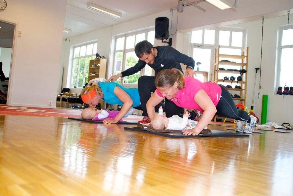 Mens mødrene trener, koser Lilje og Aline seg på gymmattene. I 50 minutter kan mødrene få trene samtidig som de har barna under oppsikt.