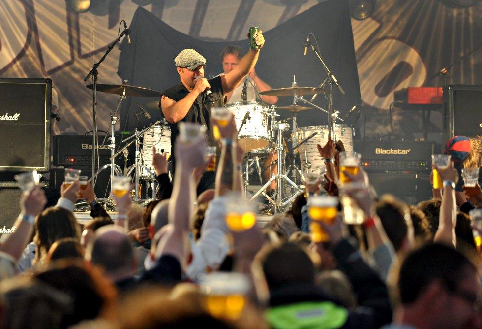 Eiker-bandet Dirty Deeds sørget for å varme opp Sande-publikummet i går kveld. Plumbo entret scenen senere på kvelden.