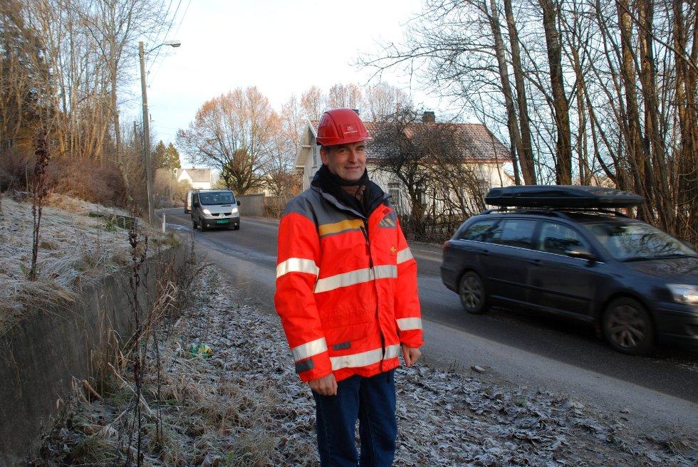- Dette må være uproblematisk, sier senioringeniør Lasse Sondbø i statens vegvesen. Her er han ved naboveien nordfra, Heimdalveien, som ender ut i samme rundkjøring.